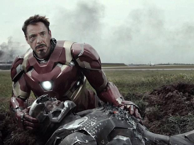 Tony Stark segura em seus braços o coronel James Rhodes, também conhecido como Máquina de Guerra (Foto: Divulgação/Marvel)