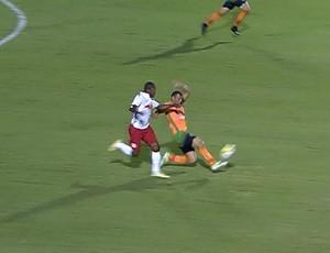 Zagueiro Adalberto, do América-MG. se machuca durante jogo com o RB Brasil (Foto: Reprodução/Sportv)