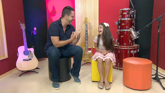 Vinicius Valverde entrevista a atriz mirim Isabella Aguiar, de Velho Chico (Foto: Reprodução/ TV Vanguarda)