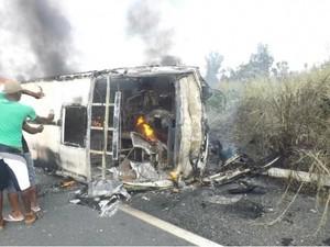 Van pegou fogo após colisão frontal (Foto: Denison Duarte)