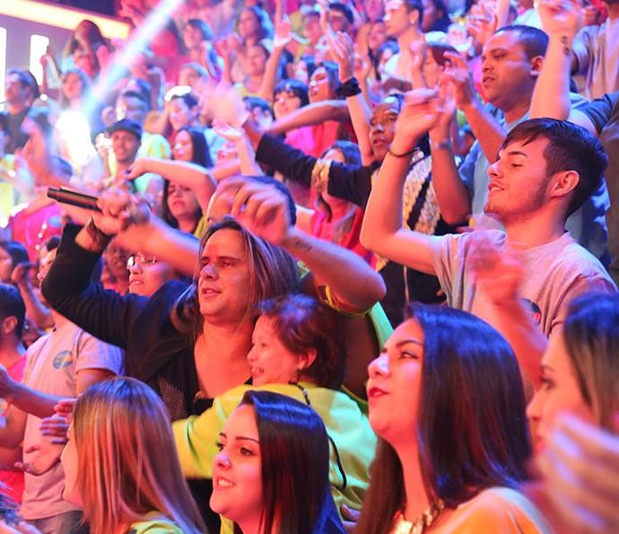 Vocalista curte com a plateia do Domingão (Foto: Carol Caminha/Gshow)