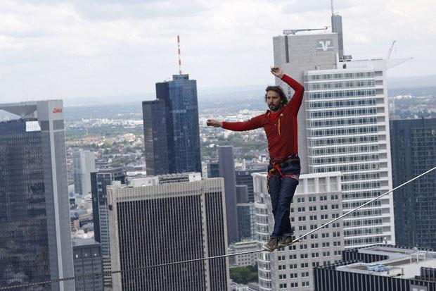 Reinhard Kleindl andou em uma corda bamba a 185 metros de altura em Frankfurt (Foto: Ralph Orlowski/Reuters)