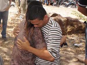 O abraço apertado entre amigos ajudou a diminuir a dor do momento  (Foto: Jorge Machado/G1)