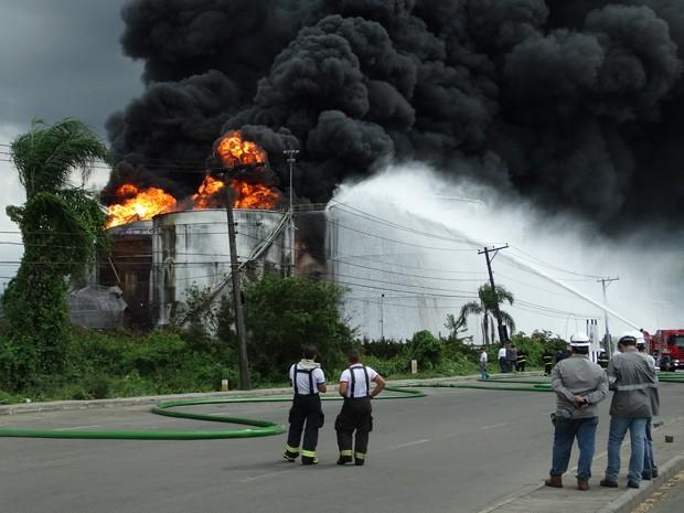 Cinco tanques acabaram pegando fogo; bombeiros trabalham desde o dia 2 (Foto: Diego Lameiro / Arquivo Pessoal)