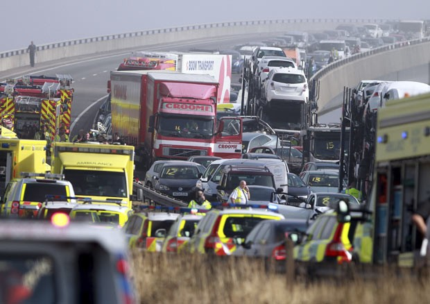 Engavetamento envolve mais de 100 carros na Inglaterra (Foto: AP)