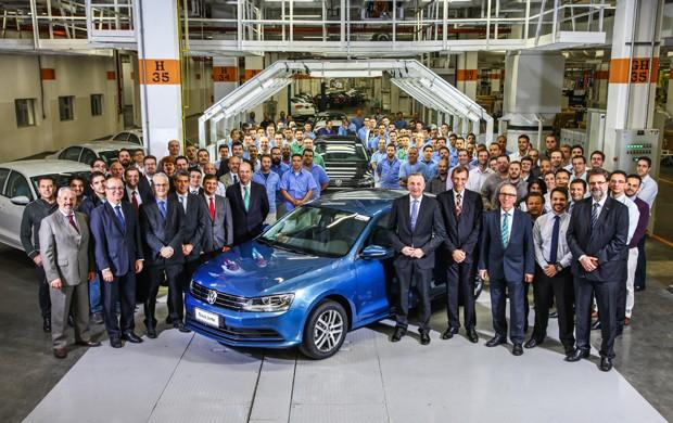 CEO da Volkswagen do Brasil, Davis Powels, e equipa da marcam mostra o Jetta feito no Brasil (Foto: Divulgação)