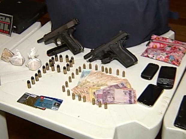 Materiais apreendidos durante operação da Polícia Civil em Uberaba (Foto: Reprodução/TV Integração)