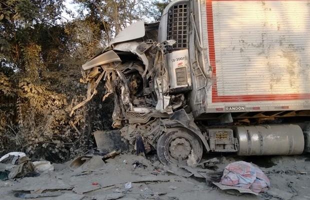 Acidente envolvendo quatro caminhões matou um na BR-153, em Porangatu, Goiás (Foto: Netto Reis/ TV Anhanguera)