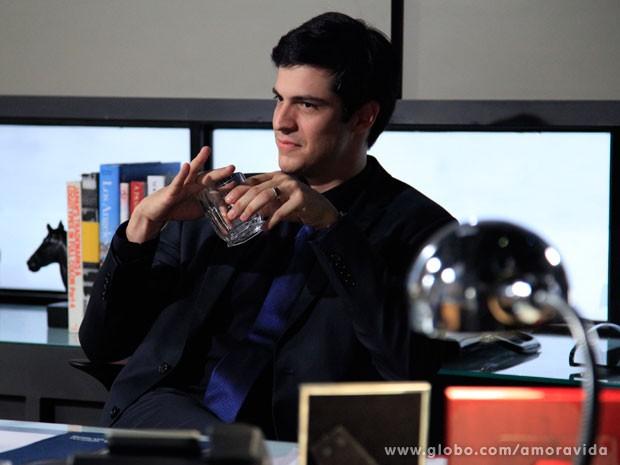 Félix fica empolgado com investigação de Atílio (Foto: Amor à Vida/ TV Globo)
