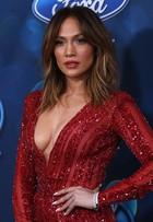 Jennifer Lopez arrasa com decotão em festa nos Estados Unidos