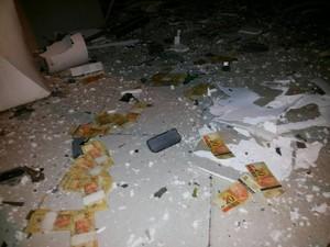 Dineheiro ficou espalhado em meio aos escombros em Carmópolis de Minas (Foto: Polícia Militar/Divulgação)