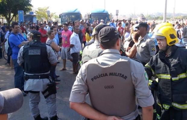 Moradores reclamam das más condições do transporte coletivo, diz PRE (Foto: Diomício Gomes/O Popular)
