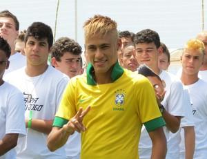 Jogadores do BDQ e Neymar juntos no lançamento da camisa da Seleção (Leandro Garrido (Globoesporte.com))