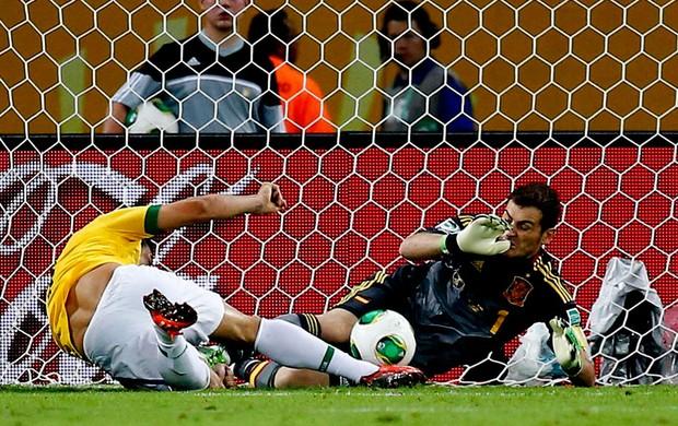 Fred brasil chuta gol espanha final copa das confederações (Foto: Agência Reuters)