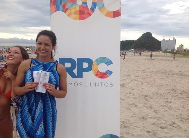 Viviane Bahia tirou onda, derrubou a garrafa pet, marcou um golaço e levou um par de ingressos (Foto: Divulgação/ RPC)