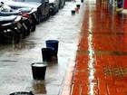 Comerciante armazena água da chuva em baldes para limpar loja no AC