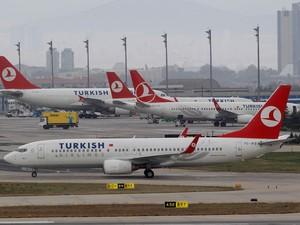 Foto de arquivo mostra Boing737 da Turkish Airlines no Aeroporto Internacional de Ataturk, em Istambul, em novembro de 2012; um voo da companhia aérea foi desviado para a Irlanda depois de ameaça de bomba  (Foto: Reuters/Osman Orsal/Arquivo')