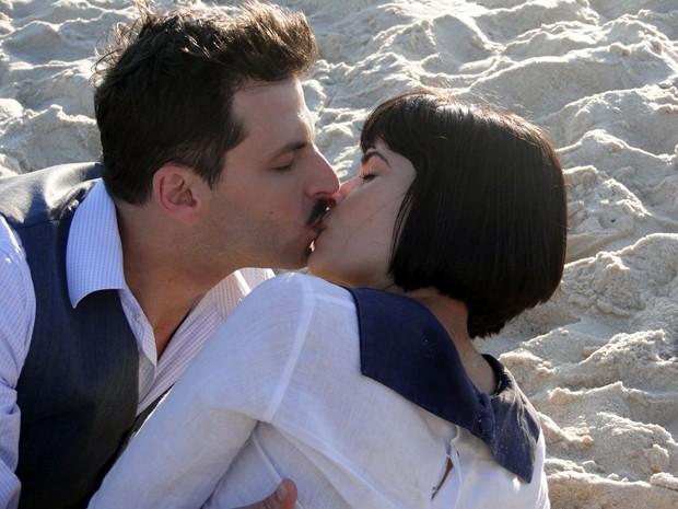 Malvina e Rômulo se beijam (Foto: Gabriela / TV Globo)