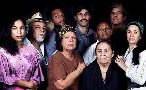 Na peça, Dona Sinhá é surpreendida por uma série de eventos cômicos e trágicos (Foto: Divulgação)