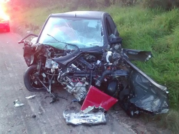 Acidente entre carro e caminhão ocorreu na BR-290, em Butiá (Foto: Divulgação/PRF)