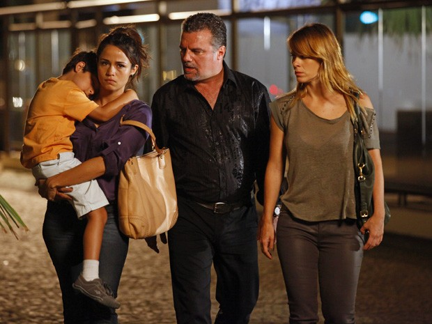 Russo impede que Morena e Jéssica falem com Helô (Foto: Salve Jorge/TV Globo)