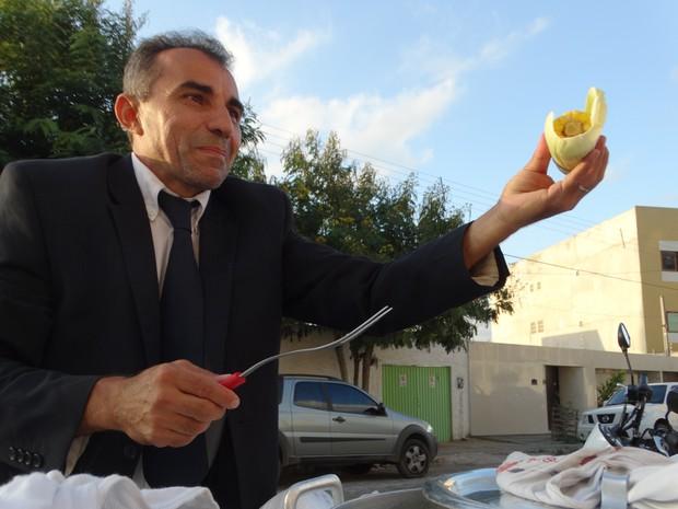 Edilson Pereira fatura até R$ 3.600 por mês com a venda de pamonha e milho (Foto: Vital Florêncio/ TV Asa Branca)
