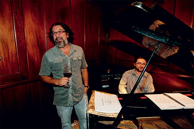 SERENATA Kakay solta  a voz, com Marcinho Silva ao piano.  Ele pendurou  o restaurante no Refis (Foto: Anderson Schneider/Ed. Globo )