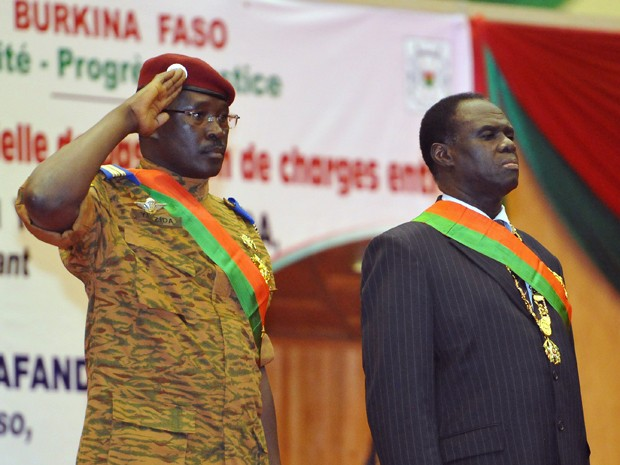 O presidente interino de Burkina Faso, Michel Kafando (direita) e o primeiro ministro, Isaac Zida, em foto de 21 de novembro de 2014 (Foto: AFP Photo/Sia Kambou)