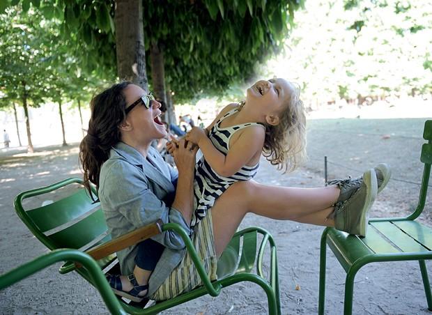 Lauren Sandler, 39 anos, autora do livro, brinca com a filha, Dahila, 5 (Foto: Arquivo pessoal)