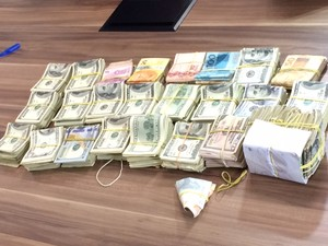 Polícia apreende dinheiro durante Operação Herodes contra quadrilha de abortos no RJ (Foto: Janaína Carvalho/G1)