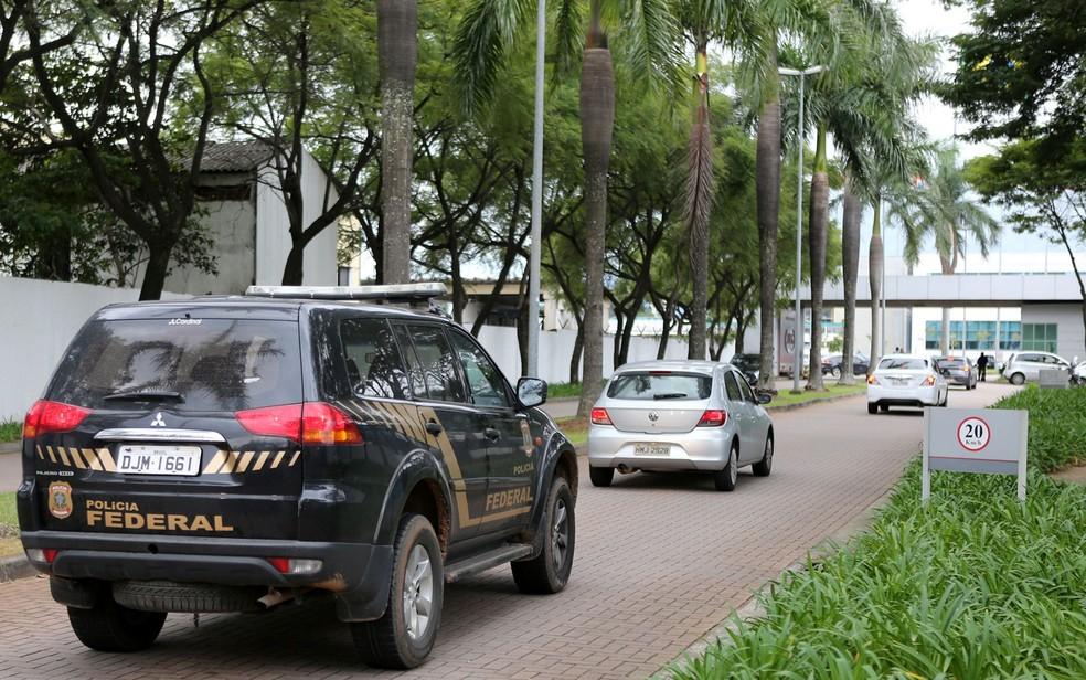 Carros da Polícia Federal chegam á sede da JBS em São Paulo (Foto: Paulo Whitaker/Reuters)