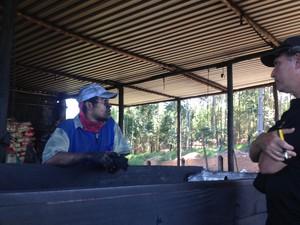 19 trabalhadores foram encontrados em carvoarias diferentes, além de adolescentes e crianças (Foto: Thiago Reis/G1)