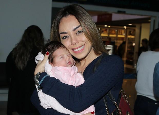 Deia Cypri, mulher de Edson, com a pequena Helena (Foto: Thiago Duran/AgNews)
