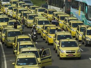 Taxistas protestam no Aterro do Flamengo, na Zona sul do Rio de Janeiro, nesta sexta-feira (1º), contra o aplicativo Uber (Foto:  Paulo Campos/Estadão Conteúdo)