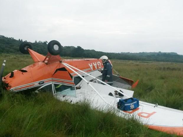 Avião capotou depois de bater no solo. (Foto: Adenilson Ceccon/Corpo de Bombeiros)