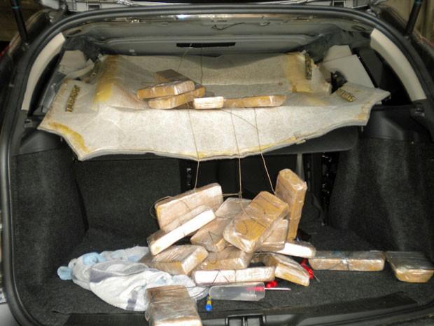 Policiais apreenderam droga ao encontrar forro falso no veículo (Foto: Divulgação / PF)