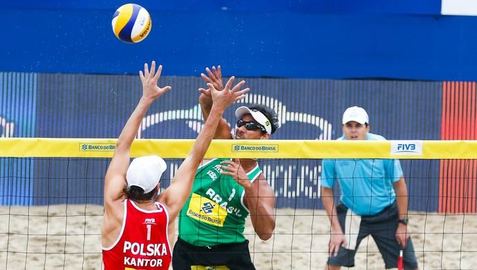 Ricardo contra dupla polonesa no Rio Open de vôlei de praia (Foto: Divulgação FIVB)