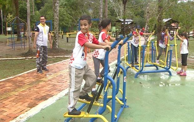 Crianças brincam em academia ao ar livre no 'Parque Natural', em Porto Velho (Foto: Rondônia TV)