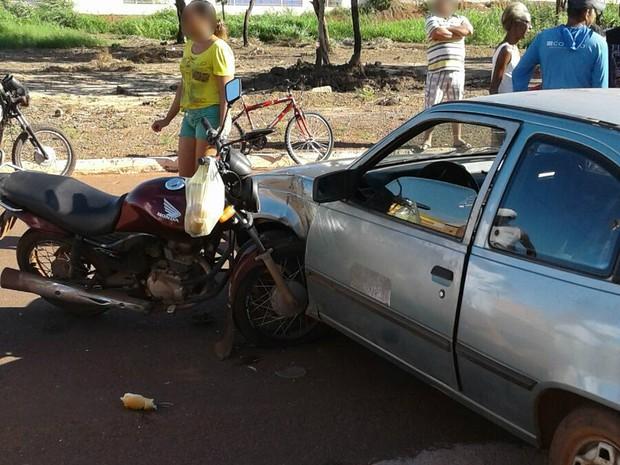 Motocicleta fica dentro de lataria de carro (Foto: Divulgação)