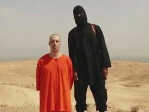 Em vídeo sem data de Foley, o militante acusa os EUA de atacar o grupo Estado Islâmico no Iraque (Foto: AP)
