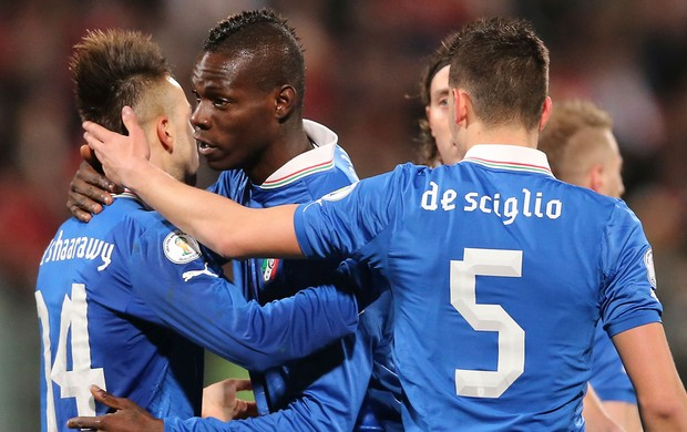 Balotelli comemora, Malta x Italia (Foto: AP)