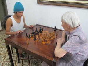Vicentina e Igor, de 16 anos, jogando xadrez (Foto: Mariane Rossi/G1)