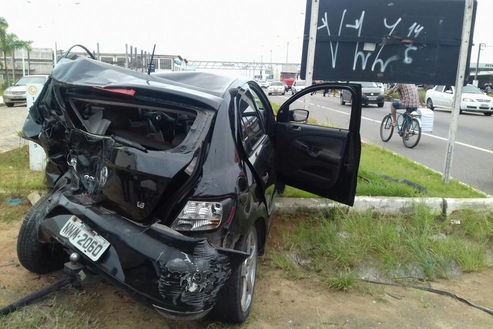 Carro teve traseira destruída em acidente na BR-101, em Parnamirim, RN (Foto: Ediana Miralha/ Intertv Cabugi)