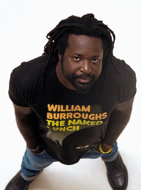 O escritor Marlon James durante foto em Paris (Foto: DOMINIQUE FAGET/AFP)