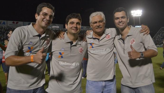 Maeterlinck Rêgo ao lados filhos Marcelo, Marcos e Márcio (Foto: Jocaff Souza/GloboEsporte.com)