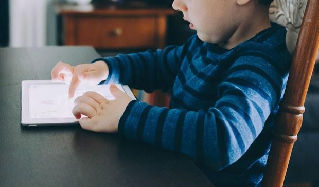 Sabia que há formas de bloquear e restringir o que os pequenos podem assistir? (Foto: Divulgação)