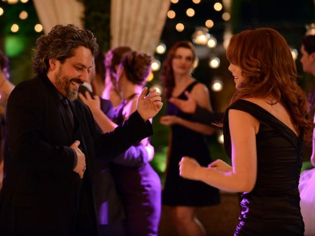 Zé dança animadamente com Cristina (Foto: Raphael Dias / TV Globo)