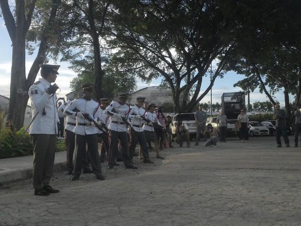 Ex-governador Divaldo Suruagy é sepultado com salva de tiros (Foto: Larissa Vasconcelos/G1)