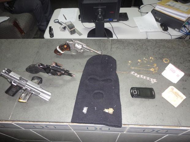Polícia apreendeu vários itens que estavam com os criminosos (Foto: Divulgação/Polícia Civil)