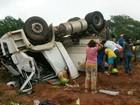 Índios saqueiam carga de melancia após caminhão tombar em MT